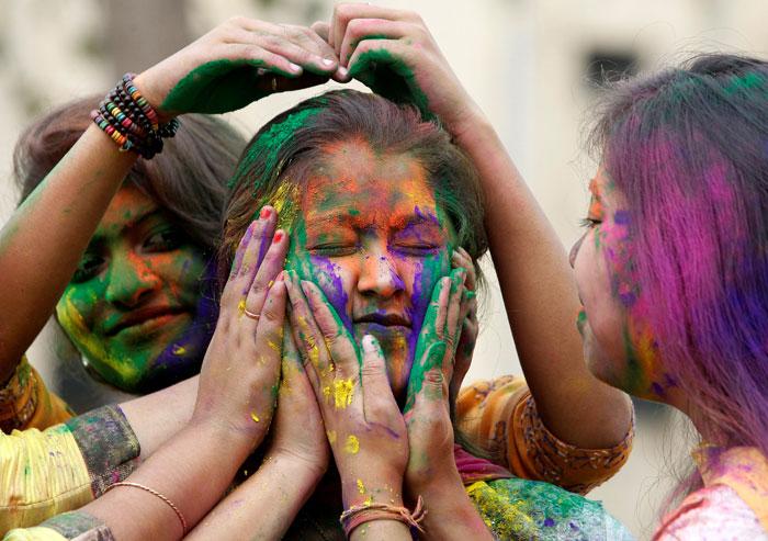 Pakistan university students Play Holi