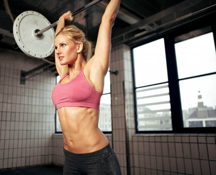 Aesthetic woman lifting weight