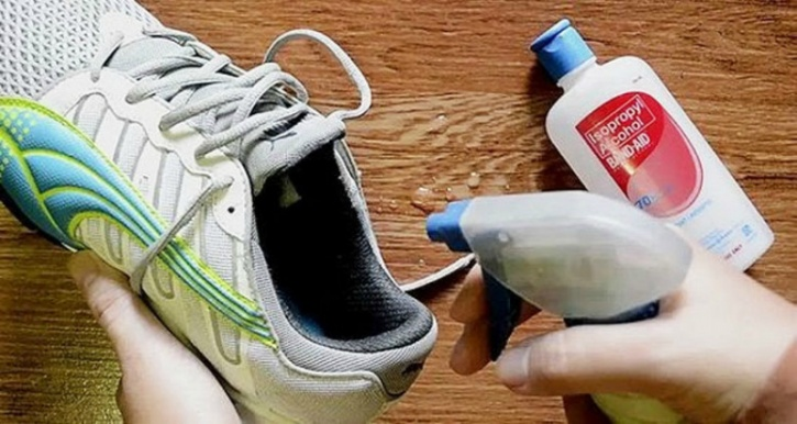Rubbing alcohol to de-stink your shoes