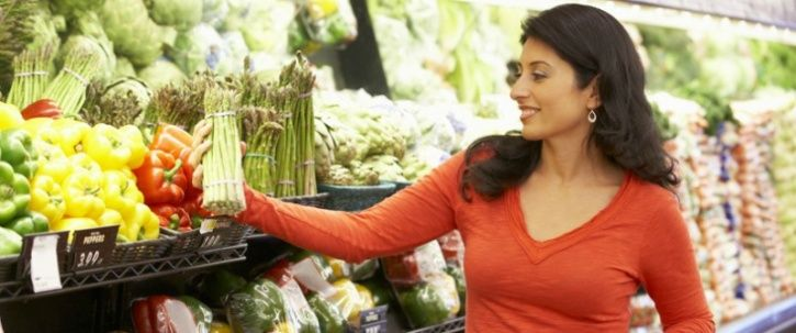 Eat healthy before heading for grocery shopping Recent studies have found that indulging in healthy snack, like a piece of fruit, makes you less inclined to purchasing junk food. The idea is that doing so leads to a 'healthier mindset' and helps you make smarter food choices.