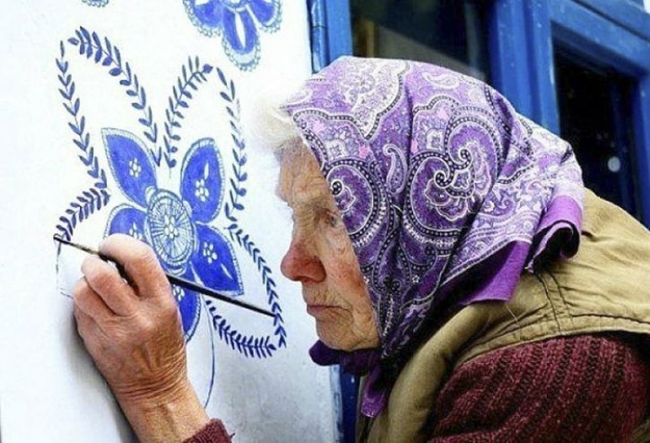 Anezka (Agnes) Kasparkova, formerly an agriculture worker, picked up the painting as a hobby due to joy she got out of creating the intricate floral patterns, inspired by Moravian (southern Czech) artwork. Little did she know that her artwork would win her local and global admirers. She claims that does it purely for pleasure and wants to help in the best way she can. As a resident of Louka, Czech Republic, Kasparkova is aiming to make her hometown just as pleasing to the eye as the images of a little Polish village that went viral where everything was covered in colourful floral paintings. She is proof that age is just a number if you follow your passion.