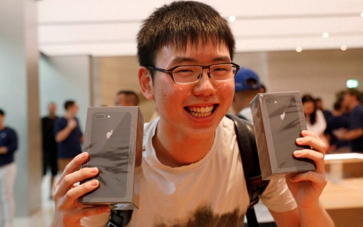 First guy to buy it in Singapore - the iPhone 8 and 8 Plus