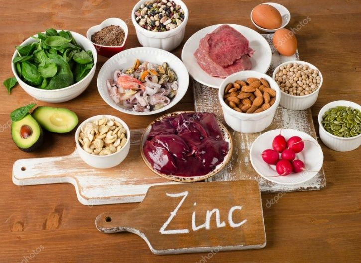 Zinc Zinc can be found in foods like dark chocolate, garlic, chickpeas and nuts and seeds and can prevent age-related macular degeneration.
