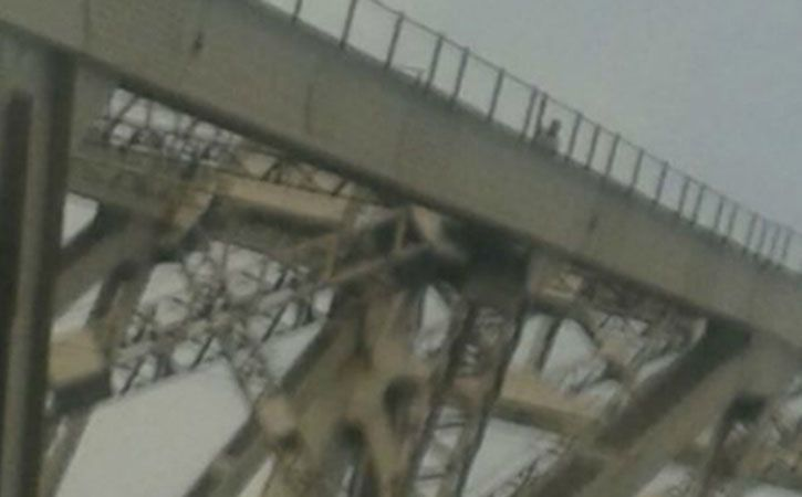 26 Year Old Scales Howrah Bridge To Pray For India