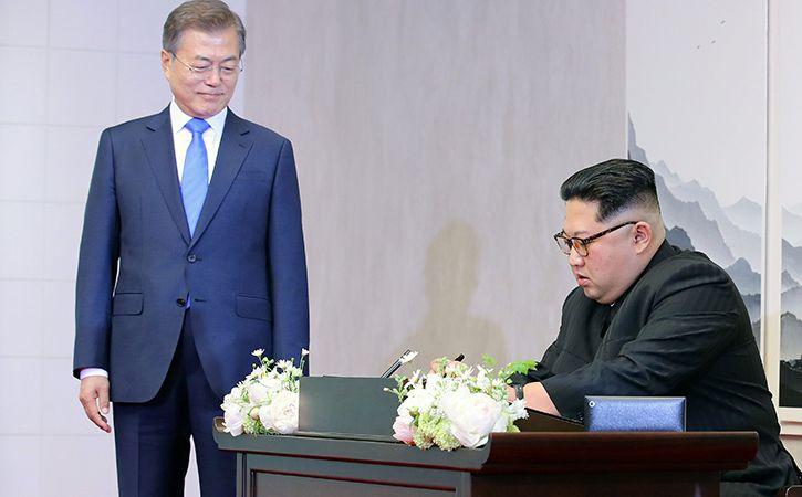 Kim Jong Un Shakes Hands With Moon Jae In