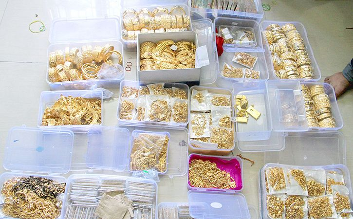 Plane recalled from runway jeweller held with gold stash