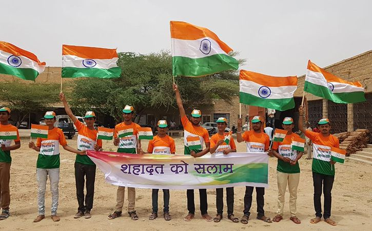 700 Km Human Chain In Border Districts Pays Tribute To Martyrs