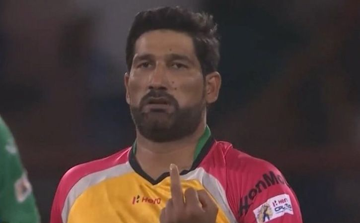 sohail tanvir show middle finger to ben cutting