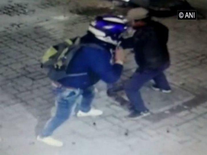 delhi studen, robbery attempt, loot attempt, delhi student petrol pump loot attempt Shahdra, Shahdra