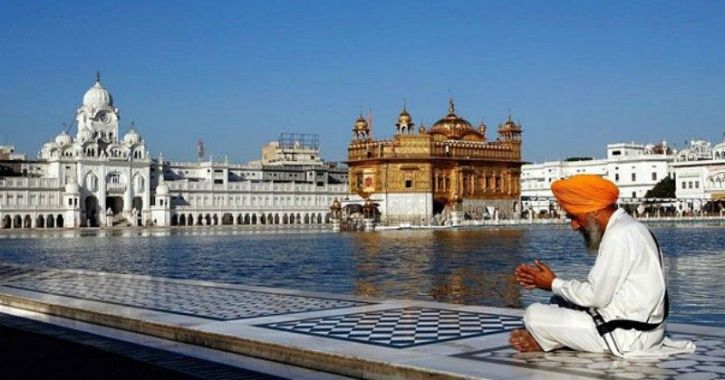 G golden temple, langar serving people with food