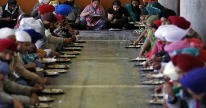 L langar, Goldren Temple, gurdwara, serving the people food