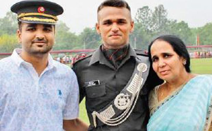 lieutenant hitesh kumar with his brother and mother
