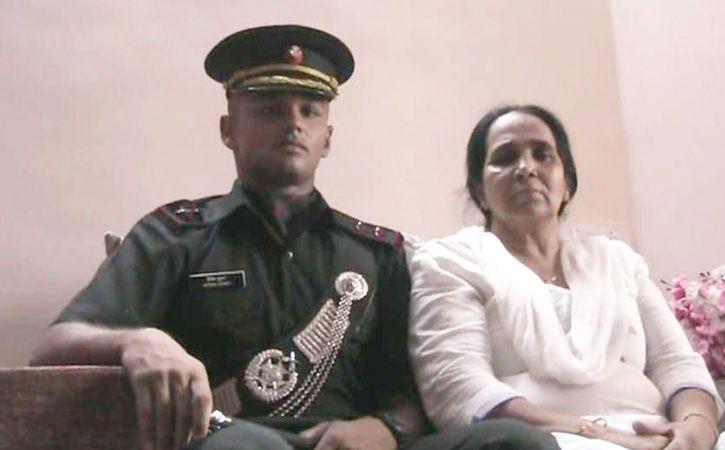 lieutenant hitesh kumar with his mother