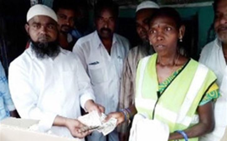 Honest Woman Sanitary Worker Returns Rs 1 Lakh To Shop Owner