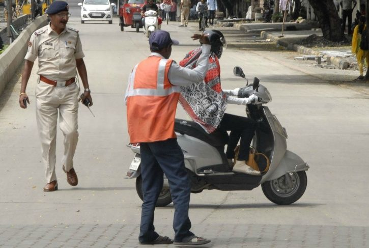 72-Year-Old Delhi Man Who Lost His Son In Road Accident Signs Up To Become A Traffic Volunteer