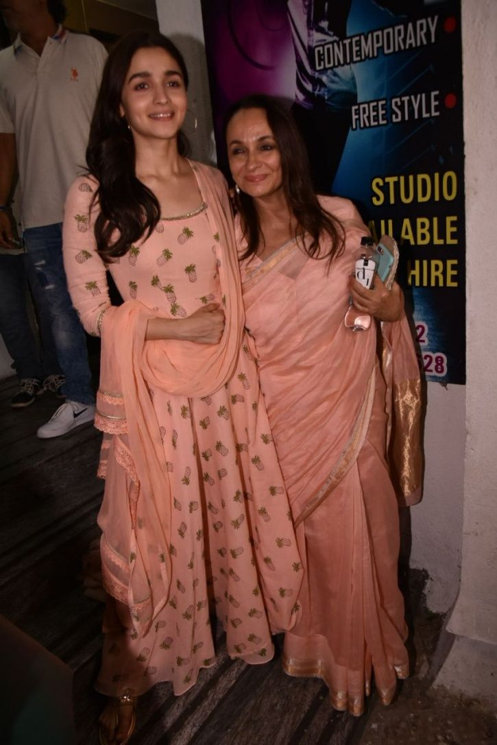 A picture of Alia Bhatt and mother Soni Razdan at Raazi screening.