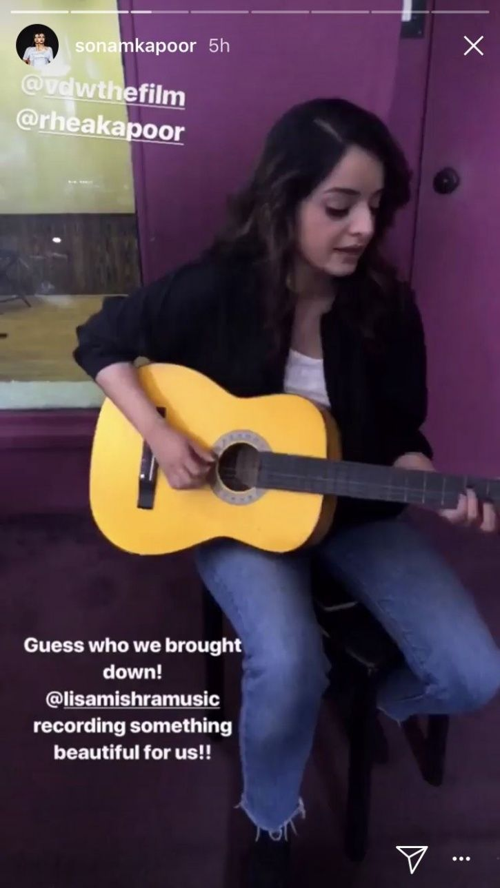 A picture of YouTube Sensation Lisa Mishra singing Veere Di Wedding Song 'Tareefan'.