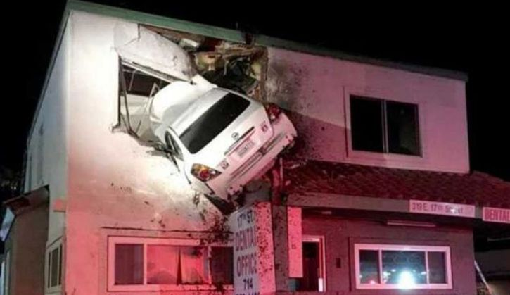 High-speed car that crashed into the dentist's office
