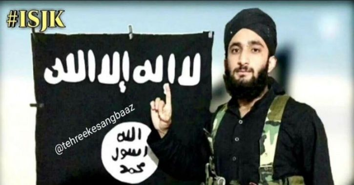 Kashmiri Student Who Was Beaten Up At University & Went Missing Seen With ISIS Flag & AK-47