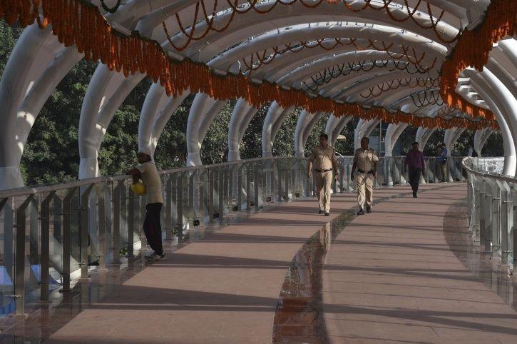 bouncers, ITO Skywalk, bridge, Swadeshi Civil Infrastructure, New Delhi, lovers