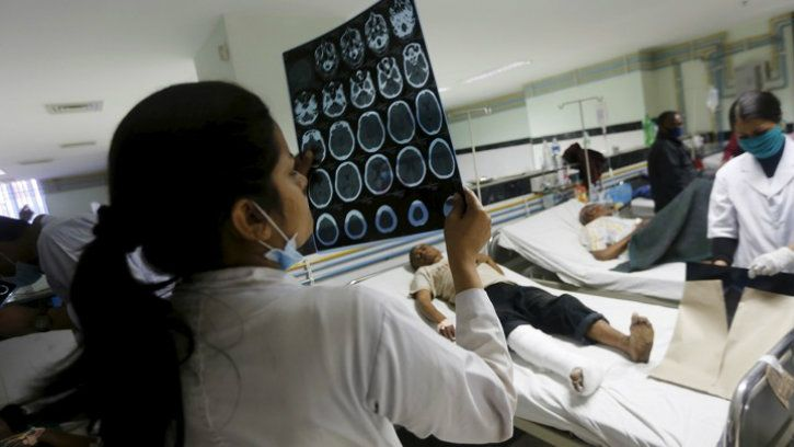 reading CT scan doctor mri scan with machine learning intel artificial intelligence hospital