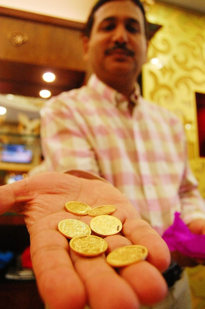 thieves return gold, sniffer dogs