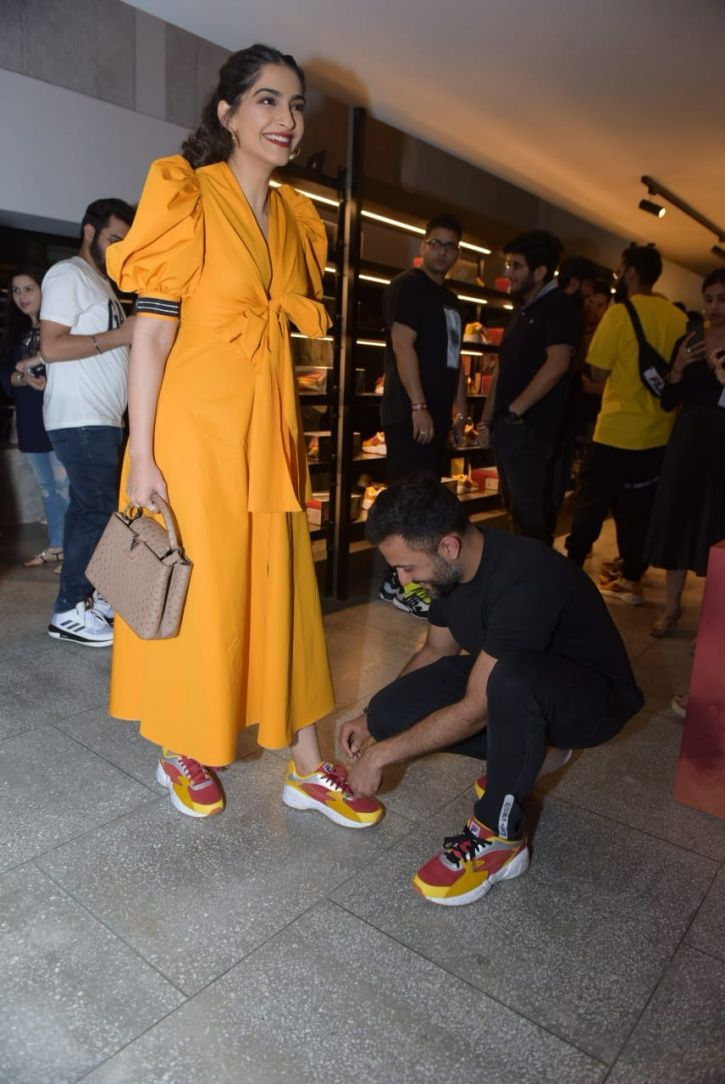 Anand Ahuja bends on his knee to tie Sonam Kapoor