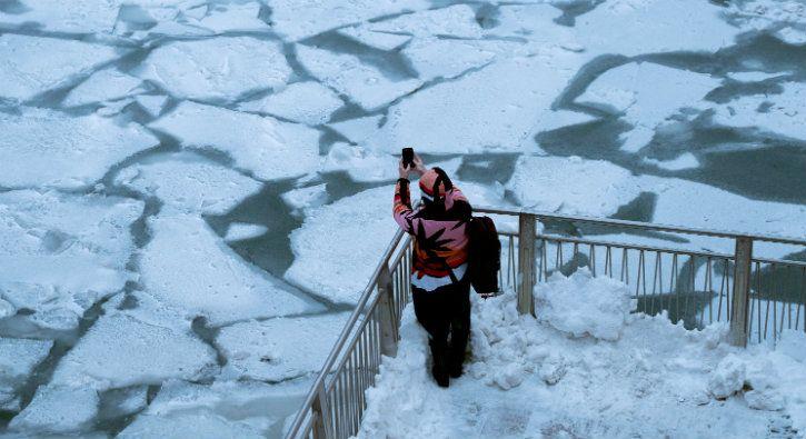 frozen chicago river us polar vortex