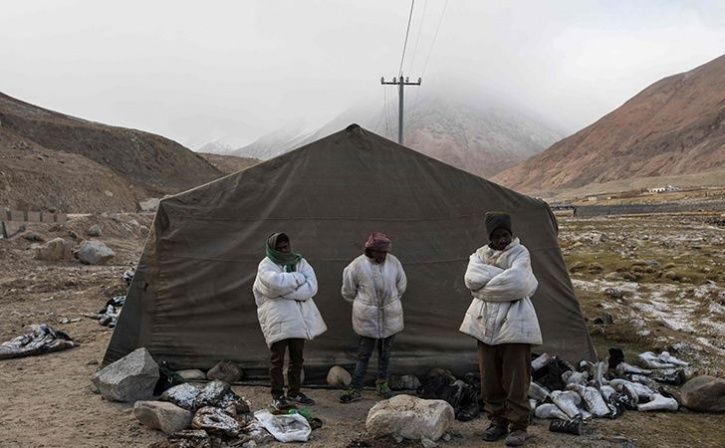 Indian Workers Toil In Cold Indian Himalayan Desert