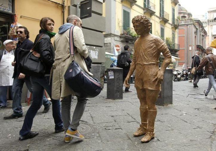 Unusual Celebrity Statues Around The World14
