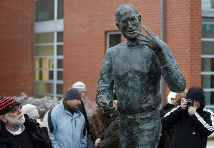 Unusual Celebrity Statues Around The World2