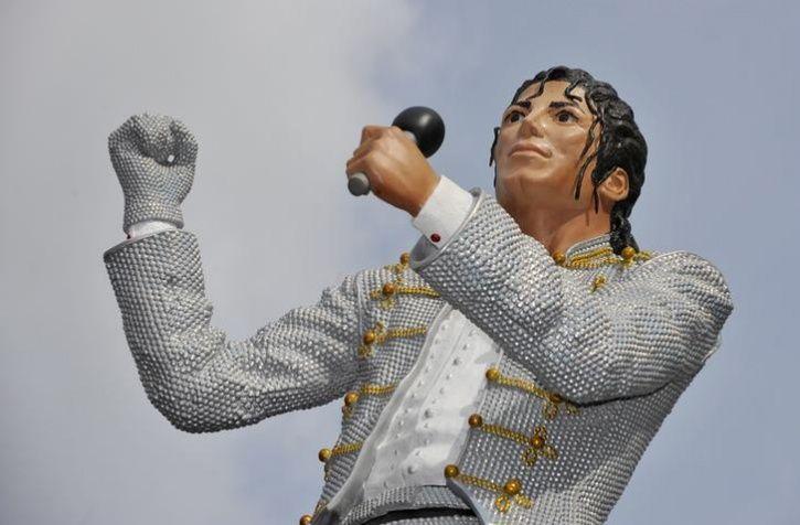 Unusual Celebrity Statues Around The World3