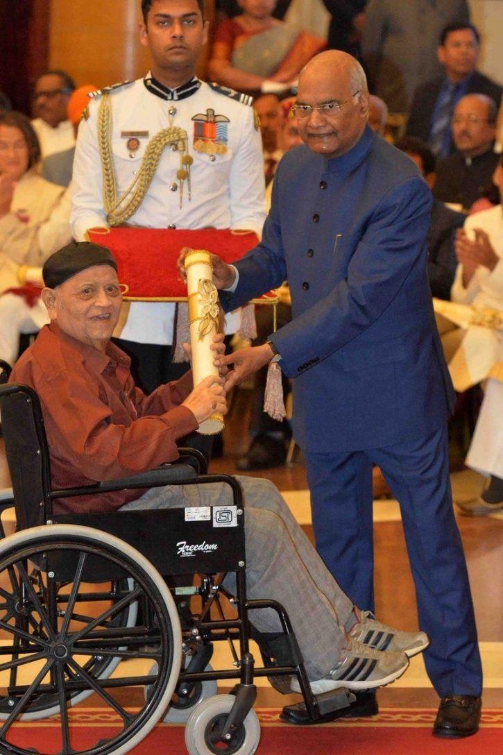 Dinyar Contractor getting Padma Shri from President Ram Nath Kovind.