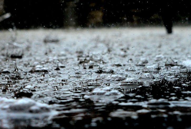 Mumbai Monsoon: As North India Sizzles In Heat, Rainfall Lashes Mumbai & Everyone Including Celebs!