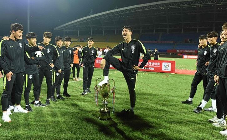 South Korea Player Celebrates With His Foot On The Trophy