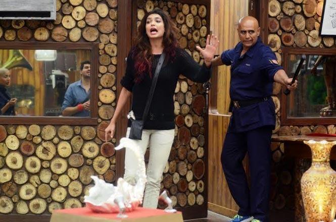 SHAMEFUL: Puneet Issar's Daughter Attacks Karishma Tanna!