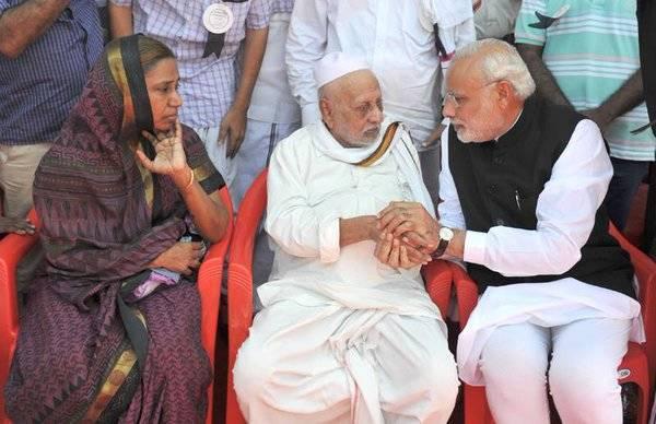 Modi G Touches Feet To Kalam Saheb Brother