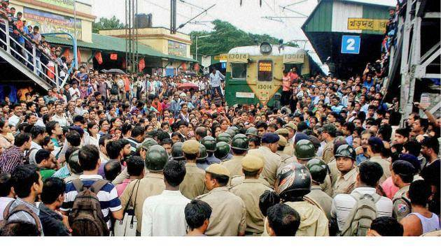 Battle Of Sexes : In West Bengal, Men And Women Fought Over Ladies Special Train!
