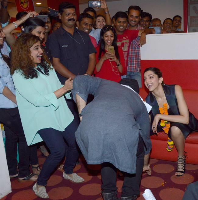 When Ranveer Touched Deepika's Feet During Bajirao Promotions
