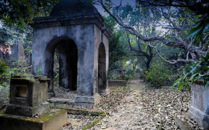 10 Haunted Cemeteries In India And Spooky Stories About Them!