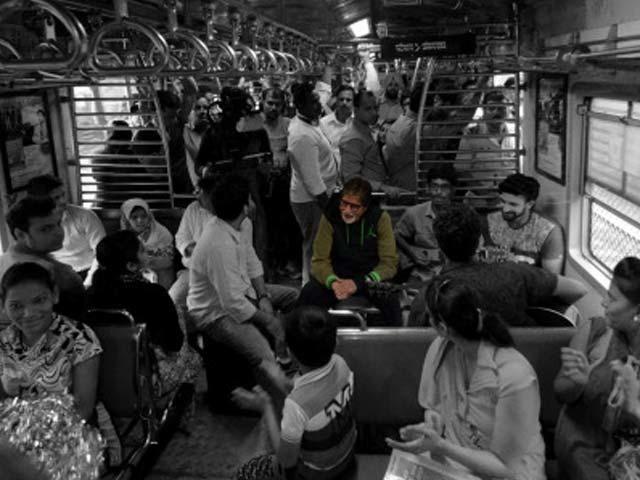 Amitabh Bachchan Sings 'Rang Barse' In Mumbai Local Train