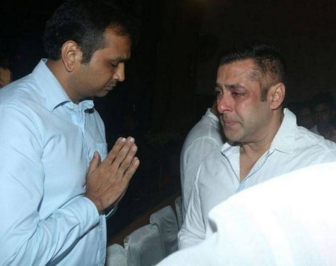 In Pics: Salman Khan Breaks Down At Rajjat Barjatya's Funeral