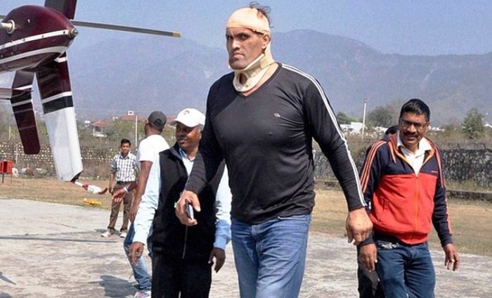 Khali Gets Severely Injured In The Ring As Wrestlers Pound Him With Chairs