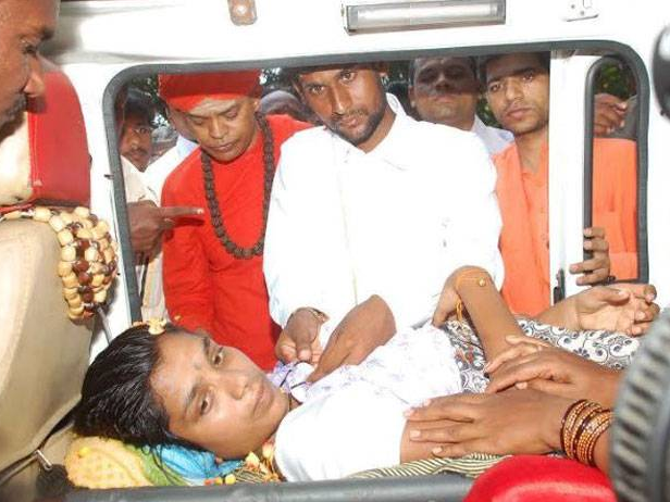 Couple Gets Married In An Ambulance; Most Unusual Marriage
