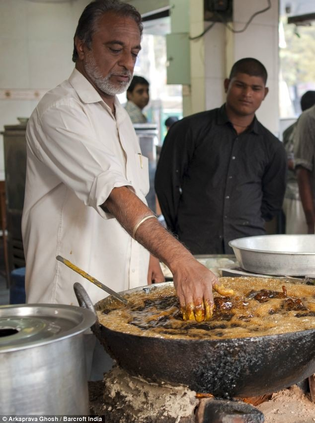 Fish Fry With Bare Hands In Karol Bagh Delhi :This Happen Only In  India