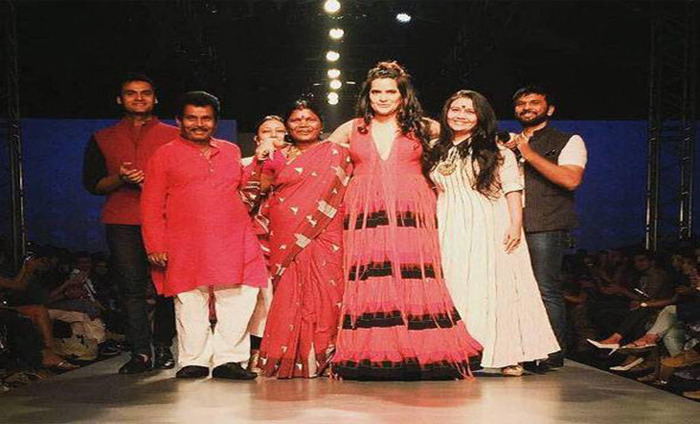 Sona Mohapatra Adds Drama On The Amazon India Fashion Week Runway