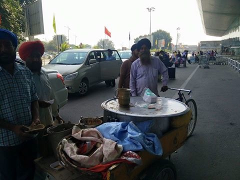 Story Of Sikh Man Distributing 'Mobile Langar' At An Airport Is Truly Heartwarming