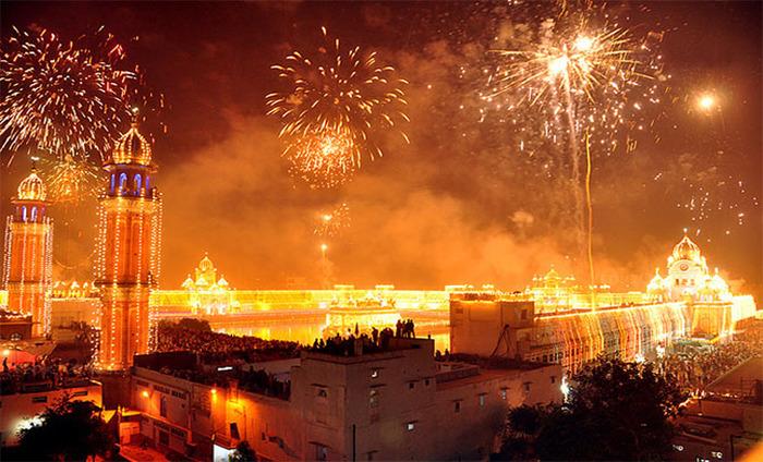 Delhi Celebrates Diwali With Traditional Fervour, Pranab Mukherjee Greets People On The Occasion