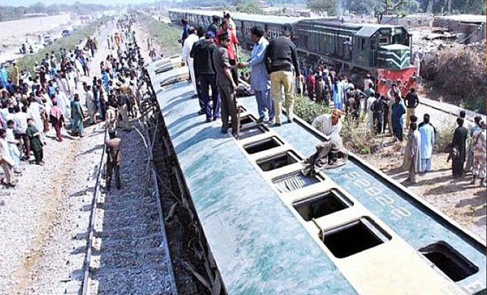 Shocking: Bombs Hit Train In Pakistan 4 Killed