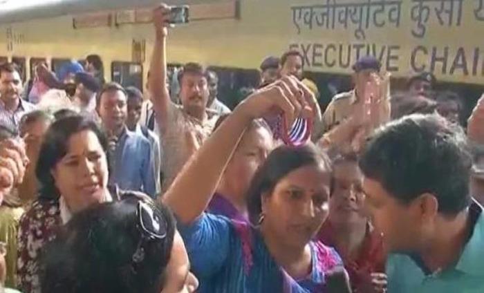 BJP Activists Protests Against Arvind Kejriwal At Railway Station